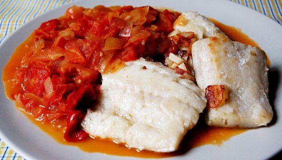 Знаменитая треска «бакало» с гарниром из красного перца